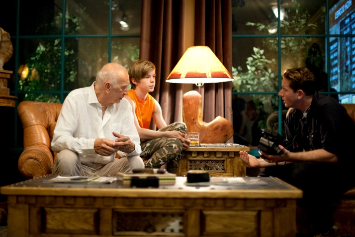 (l to r) Actors Frank Langella and Nicholas Hamilton discuss a scene with Director Matt Ross on the set of their film CAPTAIN FANTASTIC, a Bleecker Street release. Credit: Cathy Kanavy / Bleecker Street